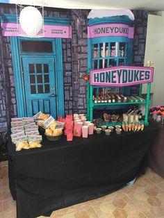 Harry Potter Candy Buffet, Harry Potter Süßigkeitenbuffet Source by Baby Harry Potter, Harry Potter Motto Party, Harry Potter Candy, Harry Potter Fiesta, Harry Potter Thema, Harry Potter Halloween Party, Harry Potter Classroom, Theme Harry Potter, Harry Potter Baby Shower