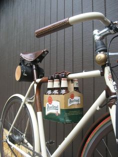 More bicycle-beer awesomeness! The leather sixpack bike frame cinch is designed to be used with the reusable leather sixpack carrier. Velo Retro, Velo Vintage, E Bike Motor, Beer Bike, Bicycle Bar, Velo Design, Wit And Delight, Bike Frame, Bike Accessories