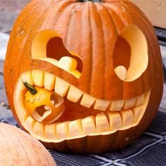 The Best Pumpkin Carving Tips for an Awesome Halloween Looking for tips that will make your pumpkins last longer, and look better this year? Here are the best pumpkin carving tips for an awesome Halloween. Easy Pumpkin Carving, Funny Pumpkin Carvings, Halloween Pumpkin Carving Stencils, Halloween Pumpkin Designs, Scary Halloween Pumpkins, Pumpkin Carving Templates, Scary Pumpkin, Pumpkin Ideas, Halloween Halloween