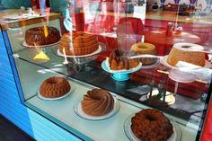 A loja, que também é cafeteria, é comandada pelas sócias Thaise Silvestre e Cristiani Charão, que largaram as carreiras na área da Nutrição para se dedicarem aos bolos caseiros. Food Trucks, Small Bakery, Salted Egg Yolk, Coffee Shop Design, Bakery Design, Little Brown, Cake Shop, Cupcakes, Frozen Yogurt