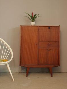 Smal hoog vintage kastje van teakhouten fineer in scandinavische retro stijl uit de jaren '50/'60