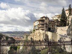 Cuenca es Patrimonio de la Humanidad por la UNESCO, en Castilla-La Mancha, entre los cañones del Júcar y el Húcar. Cool Places To Visit, Places To Go, Beautiful Places In Spain, Cuenca Spain, Mount Rushmore, Tourism, Mountains, World, City
