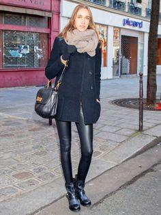 ストールをベージュにして、コーディネートの差し色に。 Short Boots Outfit, Shiny Leggings, Confident Woman, Black And Navy, Leotards, Leather Skirt, Chic, Skirts, How To Wear