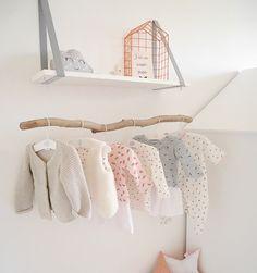 Une penderie bébé avec du bois suspendu sous une étagère
