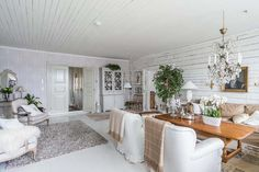Keltainen talo rannalla: Romanttista, vintagea ja modernia