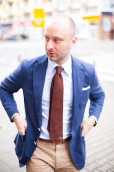 Brown tie works with blue blazer Preppy Style, My Style, Casual Outfits, Men Casual, Bald Men, Blazer Fashion, Male Fashion, Sartorialist, Skinny Ties