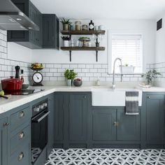 modele de cuisine ancienne campagne avec facade meuble cuisine gris anthracite, crédence carrelage blanc, etagere en bois rustique, revetement sol à motifs géométriques