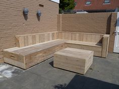 Hoekbank van steigerhout by www. Deck Seating, Backyard Seating, Garden Seating, Outdoor Seating, Outdoor Sofa, Outdoor Decor, Pallet Patio Furniture, Garden Furniture, Backyard Projects