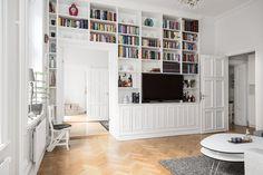 Varmt välkommen till Brf Wienska Palatset och denna charmiga bostad med gårdsvänd balkong med en idyllisk vy över takåsarna och en skymt av Turning Torso. Totalrenoverad med fingertoppskänsla och varje detalj i åtanke för ett stilfullt och socialt hem. Här bor ni i en enhetlig och stilren lägenhet med ljusa väggar, smakfullt parkettgolv, tilltagen takhöjd och stora ytor. Ett drömhem som imponerar!