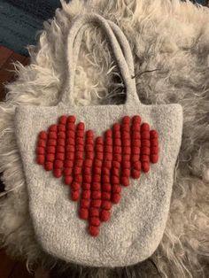 Tovet veske strikket i Drops Eskimo Needles Sizes, Purses And Handbags, Ravelry, Straw Bag, Wool, Knitting, Pattern, Crafts, Design