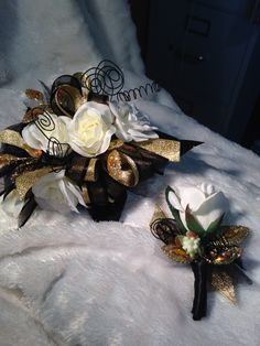 Black gold and white prom corsage… Black Corsage, Gold Corsage, Corsage And Boutonniere, Corsage Wedding, Flower Corsage, Boutonnieres, Homecoming Flowers, Homecoming Corsage, Prom Flowers