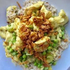 [DINER] Deze homemade kip kerrie zonder pakjes of zakjes is om te smullen. Wat is vers koken toch lekker! Homemade kip kerrie (2 personen) Wat heb je nodig: – 160 gr zilvervliesrijst – 1 el olijfolie – 1 ui, fijngesnipperd – 1 stengel bleekselderij, in stukjes gesneden – 200 gr kipfilet, in blokjes gesneden – 1 tl kerriepoeder – 1 el bloem – 125 ml water – 1/2 kippenbouillon blokje – 75 gr crème fraîche – 100 gr tuinerwtjes (diepvries) – 2 el gebakken uitjes Hoe maak je het: Bereid de rijst…