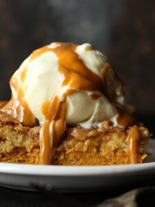 This Easy PUMPKIN DUMP CAKE recipe will quickly become your go-to fall dessert! It's made with yellow cake mix, which is a great shortcut. Dump Cake Recipes, Brownie Recipes, Dessert Recipes, Dump Cakes, Homemade Desserts, Dessert Ideas, Granola, Nutella, Chocolate Caliente