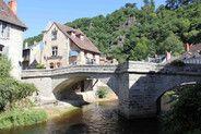 Le quartier de la Terrade, le plus ancien et emblématique de la ville d'Aubusson.  Ici le Pont de la Terrade, au premier plan, à l'origine en bois il fut reconstruit à partir des pierres de l'ancien château d'Aubusson    www.tourisme-aubusson.com
