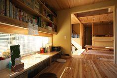 北の方角に向けて、このような窓のある作業スペースがあるといい。北からの光は常に安定していてアトリエなどでも取り入れられている。さ~、みんなで勉強しよう。 Japanese Modern House, Japanese Home Design, Japanese Interior, Room Interior, Interior And Exterior, Plywood Interior, Interior Decorating, Interior Design, Home And Deco