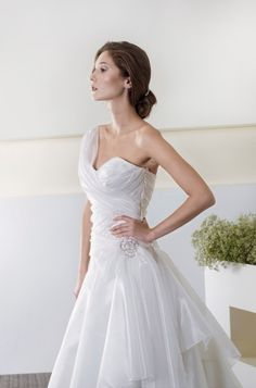 CieloBlu wedding dresses are full of harmony. The CieloBlu bridal collection is designed by two Italian wedding dresses designers. Italian Wedding Dresses, Designer Wedding Dresses, Bridal Collection, Bridal Gowns, One Shoulder Wedding Dress, Fashion, Sky, Bride Dresses, Moda