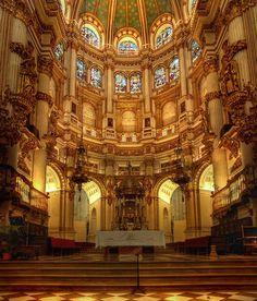 Esta es la catedral de Granada. muy rica de decoraciones.