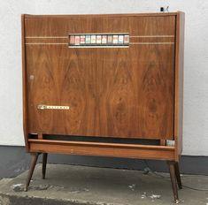 Harting sigarett automat. Sååå kul.. #skjulteskatter #gjenbruksbutikk #bruktfunn #gjenbrukifokus #gjenbrukergøy #visitøstfold #gårdsbutikk #levlandlig #nostalgiskinteriør #vintage #vintageinterior #gamleskatter #samledilla #elskergamleting #iaskim #selminyttogbrukt #bruktbutikk #gjenbruksglede #bruktfunn #hartingautomat Cigarette Vending Machine, Credenza, Cabinet, Cool Stuff, Storage, Furniture, Home Decor, Clothes Stand, Purse Storage