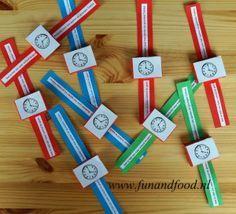 Traktatie horloges van rozijnendoosjes http://www.funandfood.nl/rozijnen-traktatie-horloge-klok/