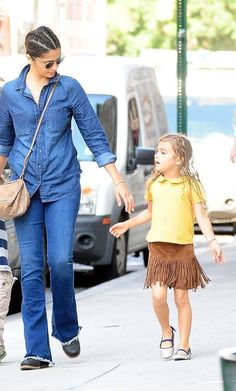 Tal mãe, tal filha: Camila Alves e Vida com penteado igual em dia em família