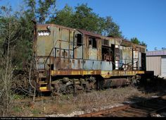 6243 Chesapeake & Ohio (C&O) EMD at Social Circle, Georgia by Nikos Kavoori Abandoned Train, Abandoned Cars, Abandoned Mansions, Abandoned Places, Rust In Peace, Railroad Pictures, Minecraft House Designs, Railroad Photography, Old Trains