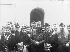 A droite le capitaine de l 39 arm e de l 39 air radivoje - Capitaine americain ...