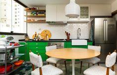 O escritório DT Estúdio optou por instalar prateleiras simples de madeira ao lado do armário desta cozinha. Essa é uma boa opção para quem gosta de ter alguns itens sempre à mão, o que facilita muito na hora de cozinhar! (Foto: Edu Castello/Editora Globo)