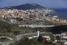 Etualalla kulkee kaksinkertainen raja-aita, joka erottaa taustalla näkyvän espanjalaiskaupungin Ceutan Marokosta.