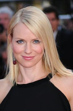 Browse through pictures of Naomi Watts's hair styles, cuts and trends. Naomi Watts Hair, Naomi Wats, Sleek Hairstyles, Gwyneth Paltrow, Charlize Theron, Nicole Kidman, Hair Pictures, Beautiful Actresses, Blonde Hair