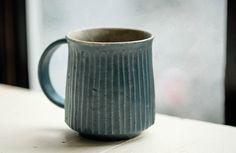 「タナカマナブ マグカップ/青しのぎ」の紹介・購入ページ by Orne de Feuilles Ceramic Decor, Ceramic Cups, Ceramic Art, Coffee Set, Coffee Cups, Tea Cups, Pottery Mugs, Ceramic Pottery, Coffee Health