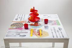 Nakrycie stołu wykonane z transparentnej ceraty jest trwałe i odporne na zabrudzenia.  Aby stworzyć z niej niepowtarzalną dekorację stołu, wystarczy wsunąć pod nią zdjęcia, przepisy kuchenne lub pocztówki . Zobacz, jak krok po kroku  zrobić kolaż na stół.