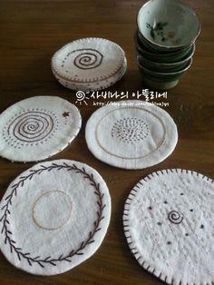Linen mug rugs Hand Embroidery Designs, Diy Embroidery, Sewing Crafts, Sewing Projects, Embroidery Needles, Wool Applique, Mug Rugs, Fabric Art, Fabric Scraps