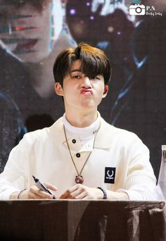 He kill me:> aww Kim Hanbin Ikon, Ikon Kpop, Chanwoo Ikon, Ikon Leader, Fandom Kpop, Ikon Wallpaper, Silly Faces, Kim Dong, Korea
