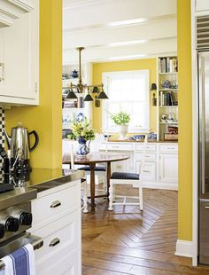 Love these pops of yellow. Yellow + dark hardwood floors = so pretty and fresh.