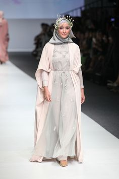 http://www.fimela.com/fashion-style/kecantikan-yang-dinamis-di-runway-barli-asmara-dian-pelangi-ria-miranda-zaskia-sungkar-151026v-page8.html