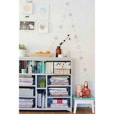 Maya: Elephants can fly with balloons Wall Bookshelves, Bookcase, Nook And Cranny, Interiores Design, Retro, Maya, Getting Organized, Interior And Exterior, Small Spaces