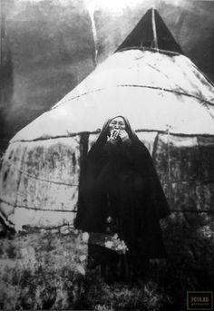 Женщина игрующая на темир ооз комузе у юрты, 1903 год