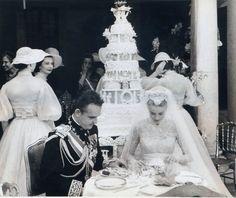 April 1956 - Wedding reception of Princess Grace of Monaco & Prince Rainier Grace Kelly Wedding, Grace Kelly Style, Rainy Wedding, Wedding Reception, Helen Rose, Kelly Monaco, Prince Rainier, Monaco Royal Family, Royal Weddings