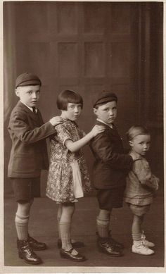 Children - All In A Row. Silk, lace, velvet and muslin, which had been the fabrics of choice for wealthy children's clothes, were set aside only for special occasions. Vintage Children Photos, Vintage Pictures, Vintage Images, Kind Photo, Kids Clothes Patterns, Photo Vintage, Vintage Photographs, Old Photos, 1920s Photos