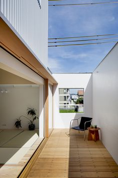 Here, There, Over There is a minimalist residence designed by Japan-based architects Fumiaso Architecture & Associates. Japanese Modern House, Japanese Living Rooms, Home Interior Design, Exterior Design, Interior Architecture, Casa Patio, Backyard House, Modern Garden Design, Minimal Home