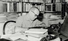 João Guimarães Rosa em seu escritório de trabalho, no ano de 1964. [Acervo Fundo João Guimarães Rosa - IEB/USP]