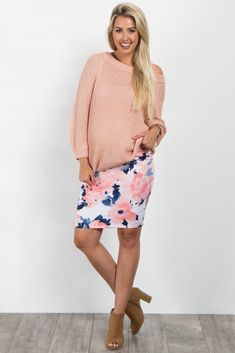 Floral printed fitted maternity skirt. Elastic waistband.