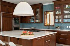 Große Pendelleuchten im Esszimmer – moderne Hängelampen - tropische küche weiß hängelampen kücheninsel