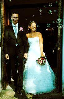 Bild Hochzeitsbild Foto Auszug Reis Seifenblasen Tradition traditionell heiraten Brautpaar Glück glücklich ja