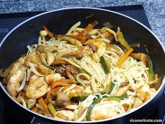 Tallarines con setas y langostinos Chicken, Ethnic Recipes, Food, Cooking, Curry, Arrows, Enamels, Chinese Recipes, Recipes With Rice