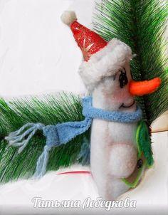 Детская елочная игрушка подвеска из фетра Снеговичок. Безопасна деткам и поэтому не волнуются родители. У всех - радостный праздник!