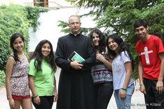 jóvenes de Chile con uno de los sacerdotes en Rokitno