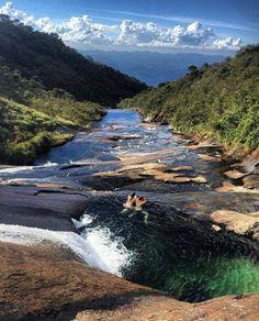 No Parque Nacional do Caparao divisa do ES com MG, você pode tomar um banho de cachoeira nas alturas 😱💦💕 Foto: @jvssather