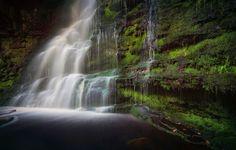Обои водопад, вода, поток, камни, мох, зелень картинки на рабочий стол, раздел природа - скачать