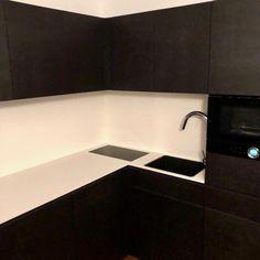 #kirschholz ' Beitrag zum #blackfriday . Eine #teeküche  in #mdf #schwarz durchgefärbt mit eingefrästen #griffleisten , Mikrowelle mit ausklappbarer Ablage, integrierter Arbeitsplatzbeleuchtung im Oberschrank und flächenbündigen Einbauten in der weißen Compact - Arbeitsplatte. #tischlerei #tischlermeister #interiordesign Interiordesign, Sink, Projects, Home Decor, Microwave, Carpentry, Countertop, Black, Sink Tops